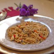 noodles con pollo, champiñones y soja