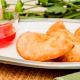 empanadillas de queso de untar y langostinos
