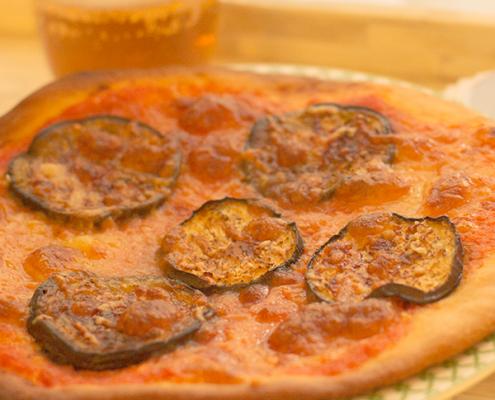 pizza casera de berenjenas y queso parmesano