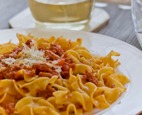 Cocina con nosotros este tío plato de Italia. No te pierdas nuestra receta italiana original de pasta al ragú. Una auténtica delicia que gustará a todos en casa