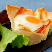 tartaletas de pan con huevo y bacon