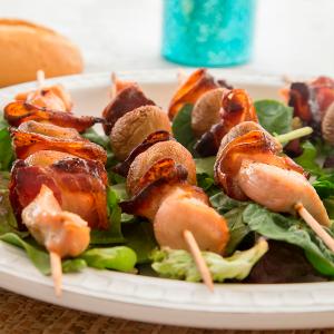 brochetas de pollo, bacon y champiñones