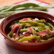 Te proponemos un exquisito plato saludable de verduras para el almuerzo o la cena, como tú prefieras. Prueba nuestra receta de judías verdes con jamón.