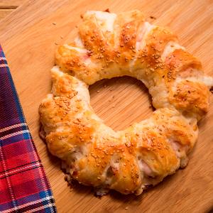 corona de hojaldre rellena de bacon, salami y mozzarella