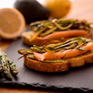 tosta de salmón, aguacate y espárragos verdes