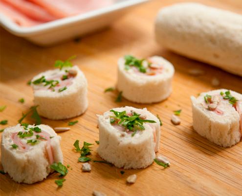 mini rollitos de pan de molde y jamón cocido