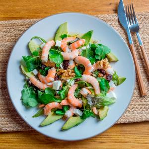 ensalada de langostinos, kale y aguacate