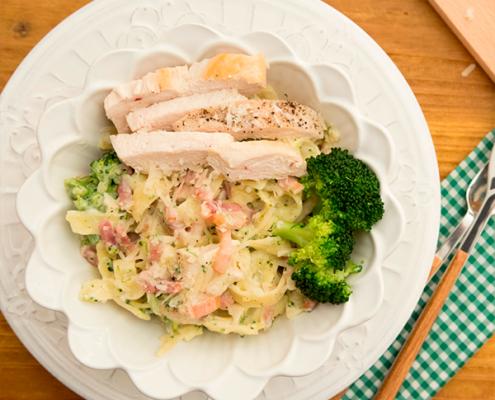 pastel de pollo, brócoli y bacon
