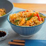wok de verduras, gambas y fideos chinos