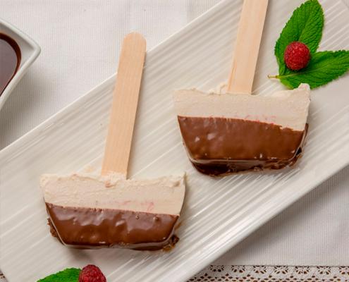 helado de nata y frambuesas