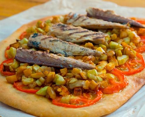 coca con filetes de caballa y verduras