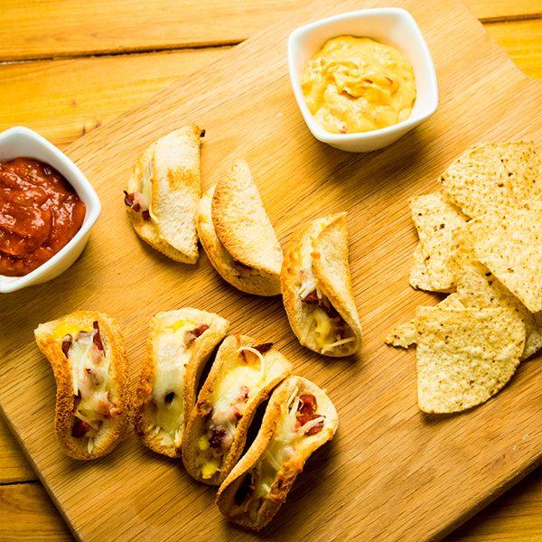 Mini tacos de pan con chorizo
