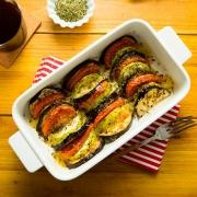 pastel de berenjenas, calabacines, tomates y ques