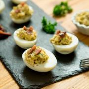 huevos rellenos de aguacate y anchoas