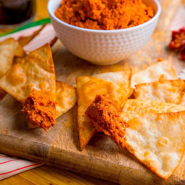Tapenade de tomates secos y queso de cabra con nachos caseros