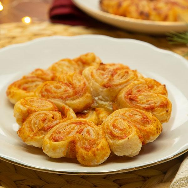 Palmeras en flor rellenas de pimiento, nueces y queso crema