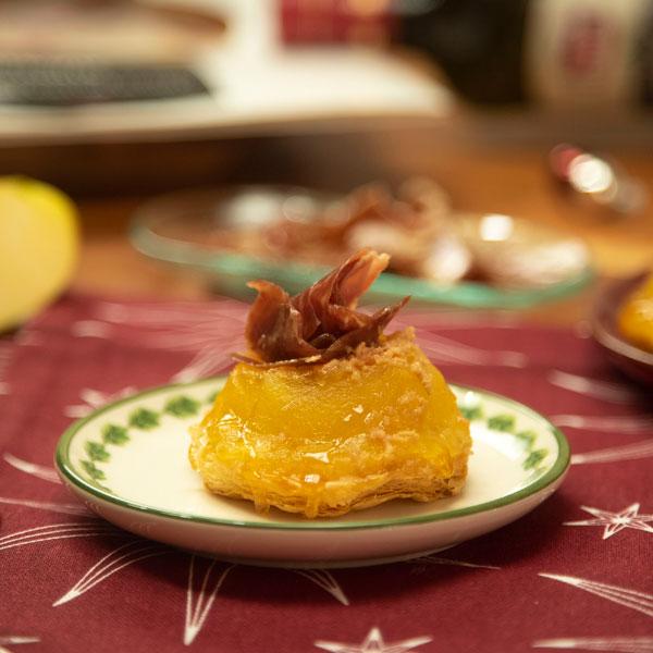 Tarta tatin de manzana con jamón ibérico y foie