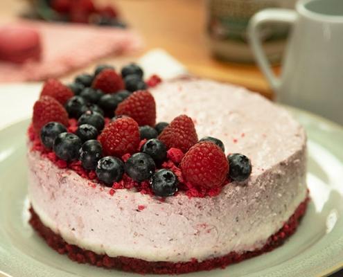 Tarta de mousse de yogur y frutos rojos