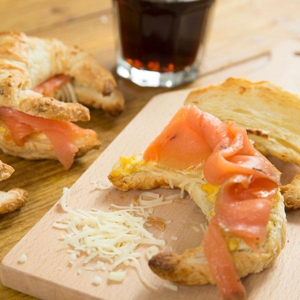 Croissants con salmón ahumado