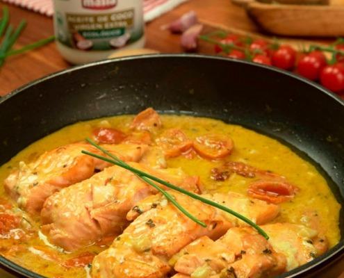 Salmón en salsa cremosa de ajos y tomates cherry