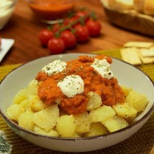Patatas bravas con chorizo