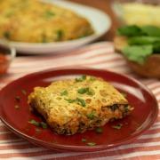 Rollo de patata relleno de crema de queso, espinacas y carne picada