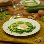 Nidos de calabacín con huevo y pesto